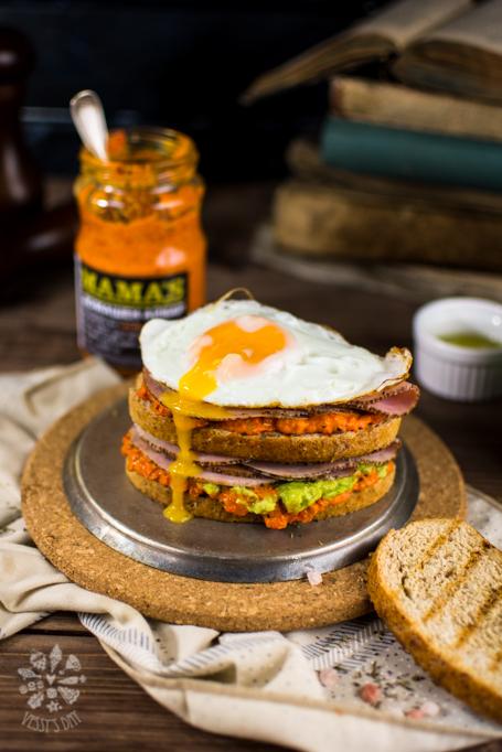 Сандвич с шунка, айвар и яйце
