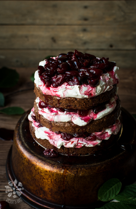 Шоколадова торта с пикантни череши
