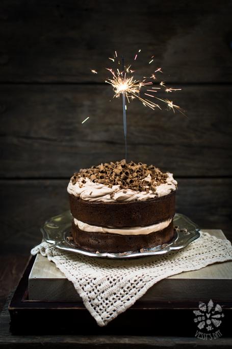 Шоколадова торта с целувчено маслен крем
