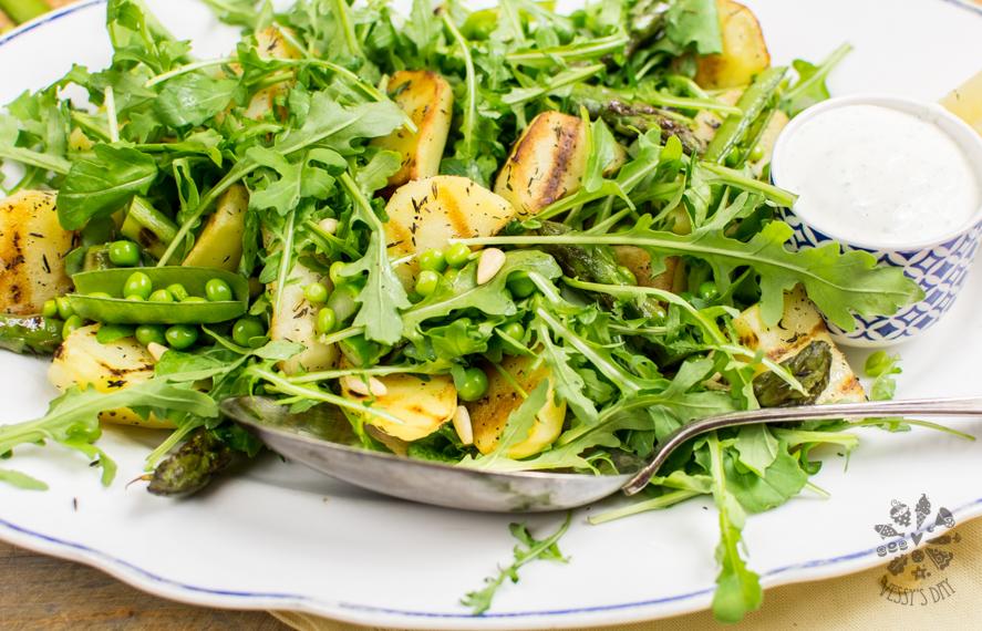 Салата картофи с аспержи и рукола