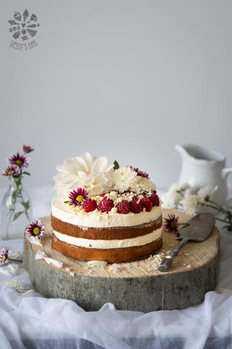 Торта с боровинки и бял шоколад