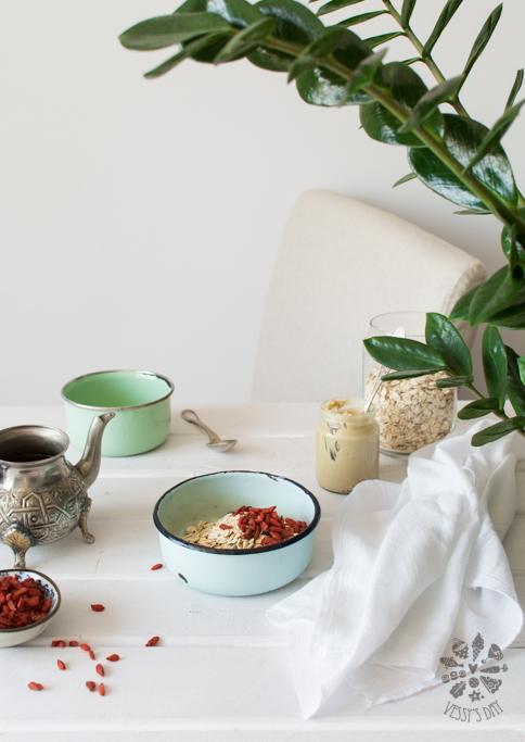 Овесени ядки с тахан и годжи бери (закуска)